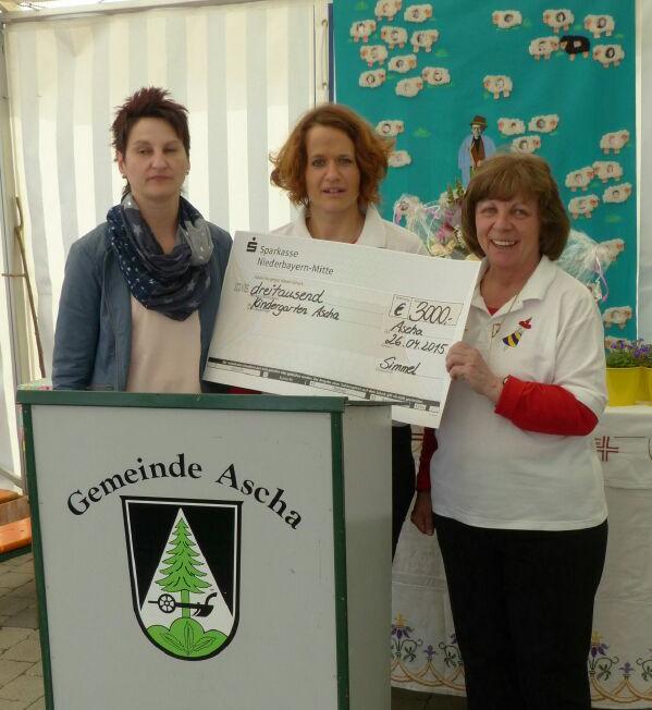 Erster Vorstand Frau Simmel (links) und zweiter Vorstand Frau Feyrer (mitte) überreichen der Kindergartenleiter Frau Schlicker einen Scheck über 3000 Euro